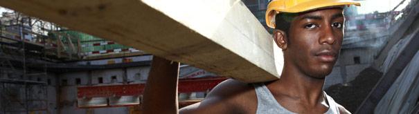 Homme au travail. Voir plus de droit du travail, le salaire minimum, le travail décent et salaire décent à Votresalaire
